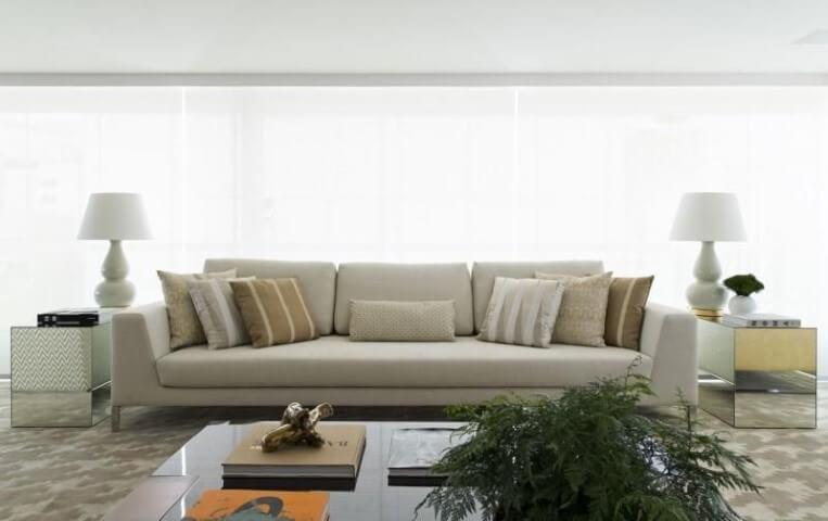 Sala de estar com mesa lateral espelhada Projeto de Roberto Migotto