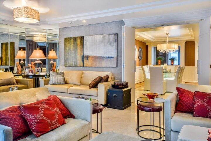 Sala de estar com mesa lateral redonda de vidro e bancos de couro Projeto de Bender Arquitetura