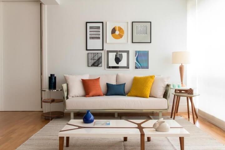 Sala de estar com mesa lateral redonda dupla com vasinhos e abajur Projeto e Marilia Veiga