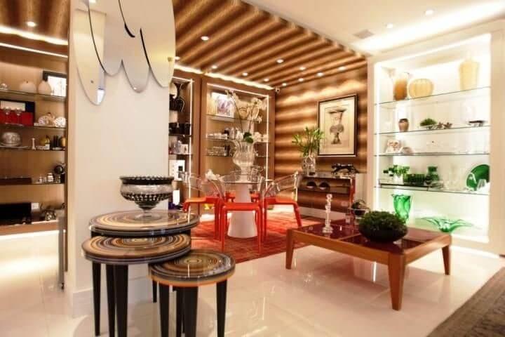 Sala de estar com mesa lateral tripla Projeto de Carla Felippi