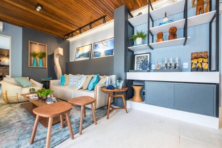 Sala de estar com parede e armários em tons de azul Projeto de Casa Cor Rio Grande do Norte
