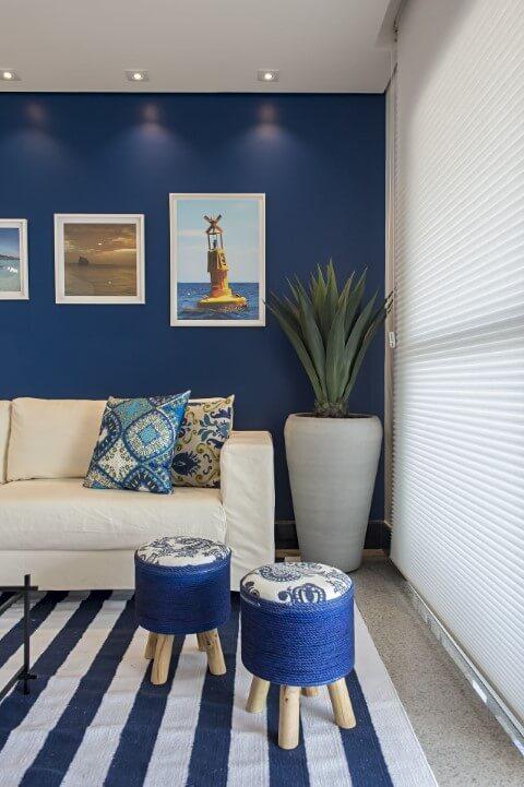 Sala de estar com parede e decoração em tons de azul Projeto de Marcia Debski Ferreira