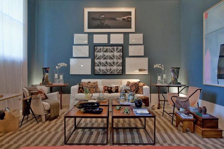 Sala de estar com parede em tons de azul Projeto de Casa Cor 2016