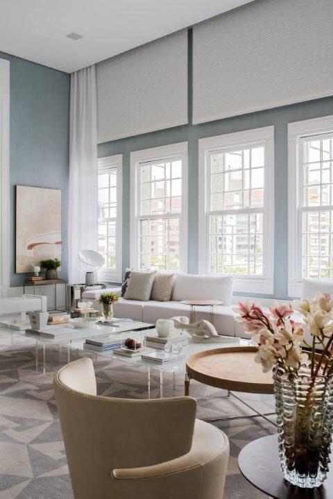 Sala de estar com paredes em tons de azul claro Projeto de Lidia Maciel
