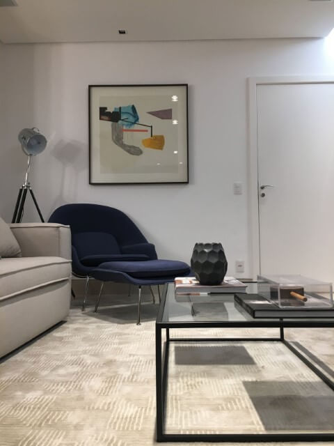 Sala de estar com poltrona em tons de azul Projeto de Maria Laura Coelho