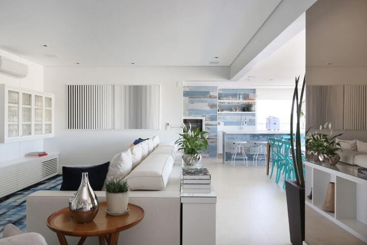 Sala de estar com tapete, cadeiras e parede em tons de azul Projeto de SP Estúdio