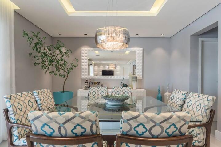 Sala de jantar com cadeiras estampadas de branco e tons de azul Projeto de Idealizzare Arquitetura