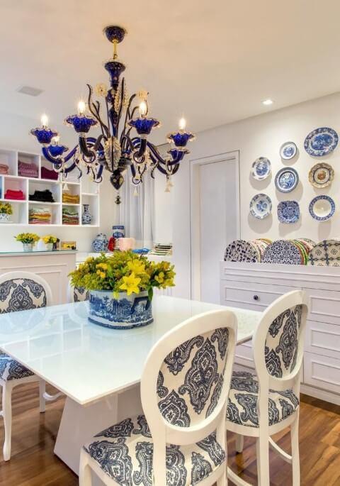 Sala de jantar com tons de azul e branco Projeto de Bruno Sgrillo