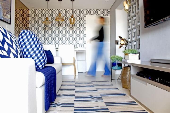 Sala integrada com itens decorativos em tons de azul Projeto de Patricia Campanari