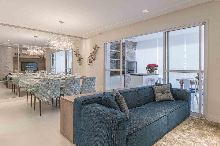 Sala integrada com tons de azul Projeto de Idealizzare Arquitetura