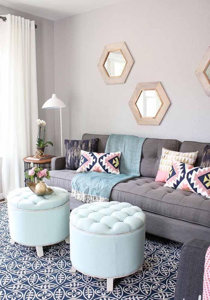 Sala moderna com puff bau azul claro