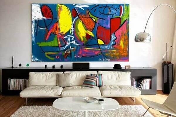 Salas modernas com quadros coloridos