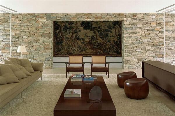 Salas modernas com tapeçaria e parede de pedra