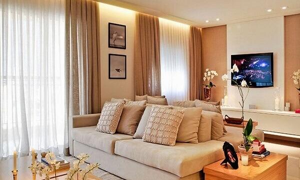 Salas modernas combinam a cortina com a cor da parede