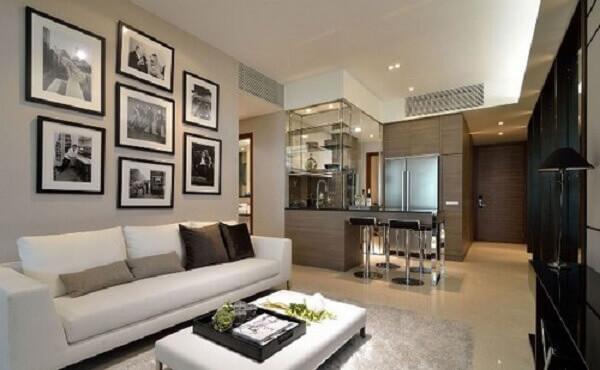 Salas modernas de estar com quadros em preto e branco