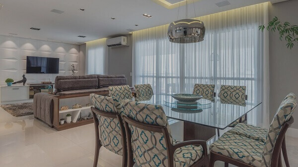 Salas modernas de estar conjugada com sala de jantar