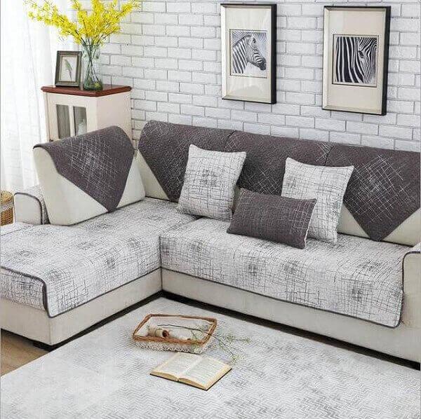 Salas modernas pequenas com sofá e almofadas