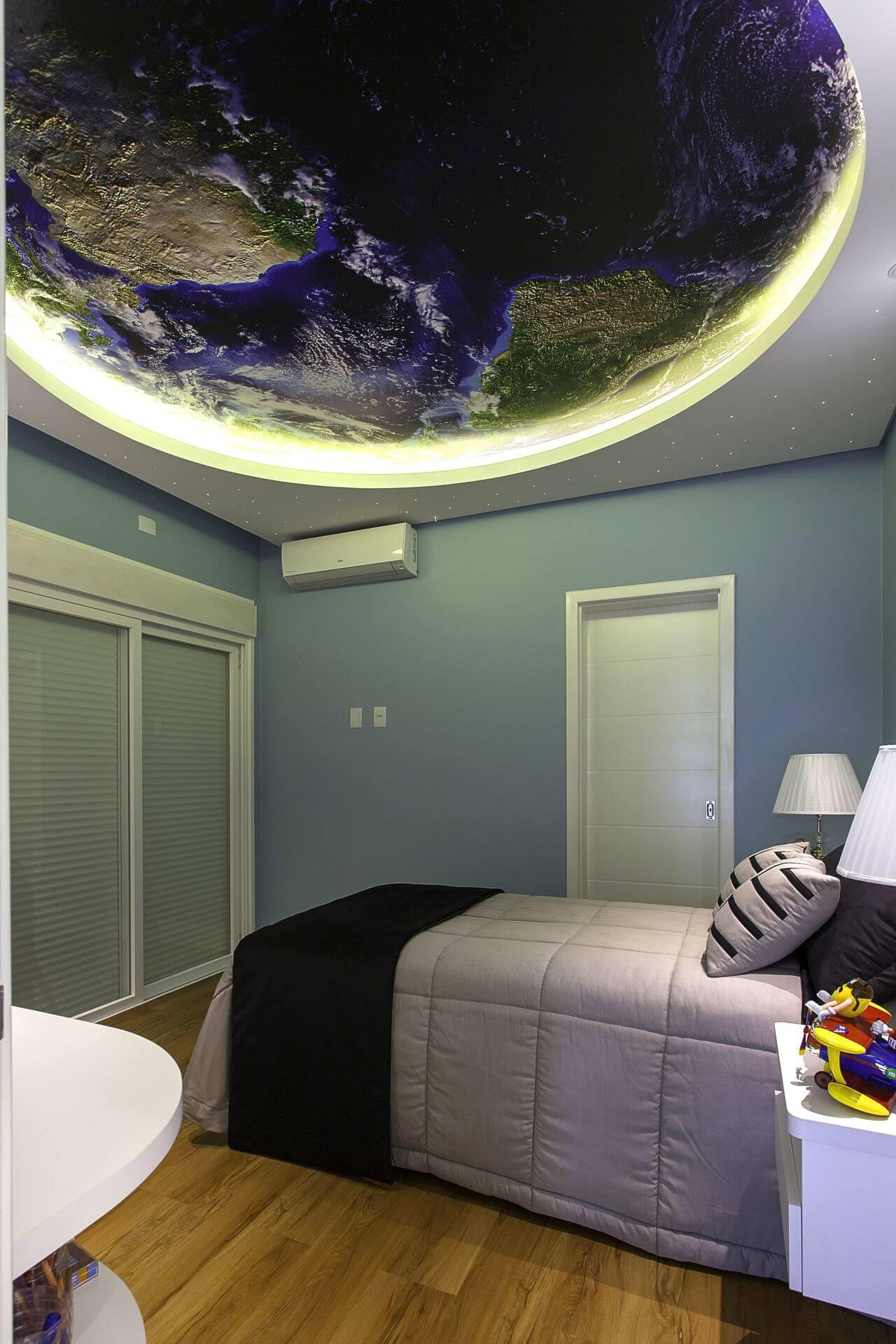 Sanca de gesso com papel de parede do globo traz um efeito espetacular para o dormitório