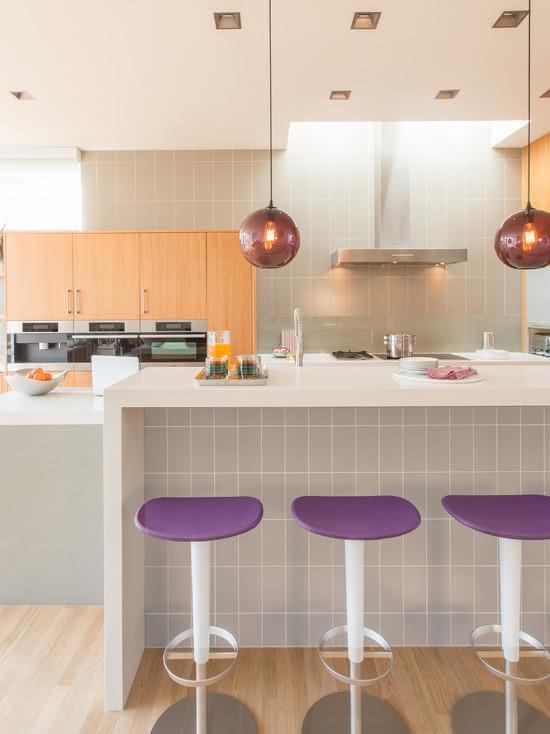 Spots de luz e pendentes foram fixados na sanca de gesso na cozinha