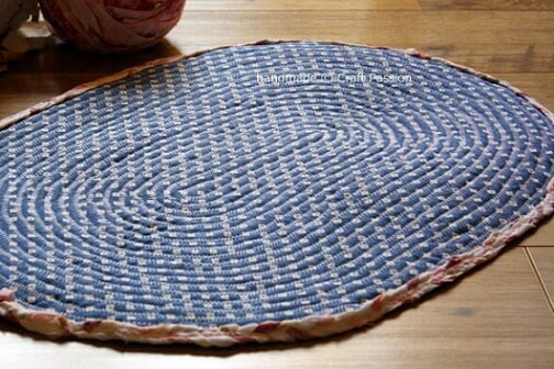 Tapete de crochê oval azul