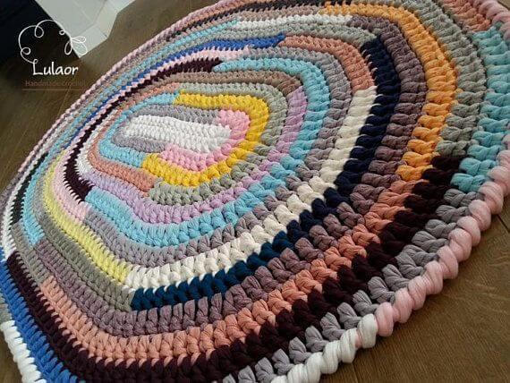 Tapete de crochê oval colorido com várias cores