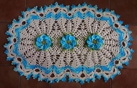 Tapete de crochê oval com flores azuis