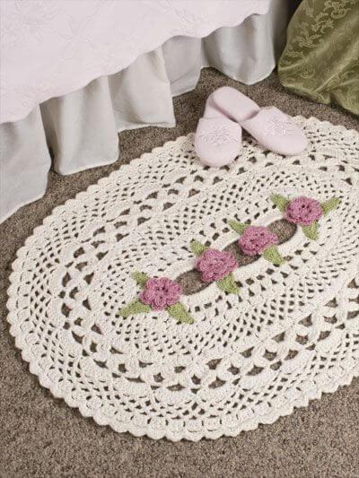 Tapete de crochê oval com flores no centro