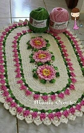 Tapete de crochê oval com flores rosas claras