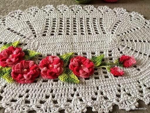 Tapete de crochê oval com flores rosas com botão de pérola