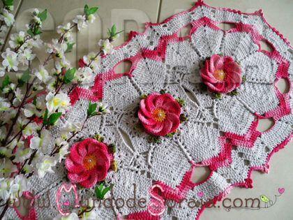 Tapete de crochê oval com flores rosas