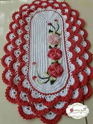 Tapete de crochê oval com flores vermelhas e rosas