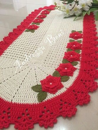 Tapete de crochê oval com flores vermelhas