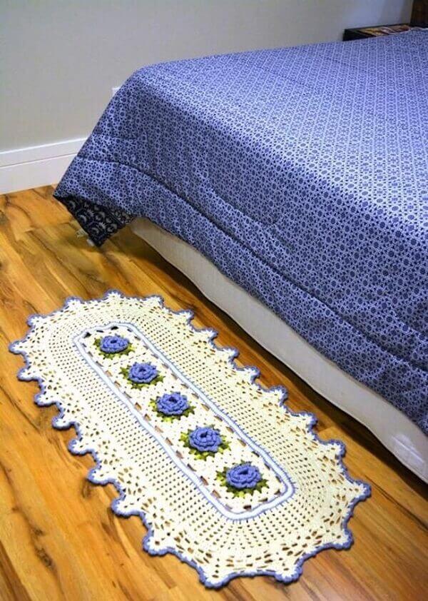 Tapete de crochê oval combinando com a estampa da roupa de cama