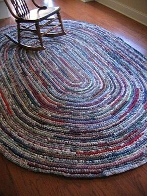 Tapete de crochê oval grande em sala