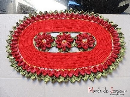 Tapete de crochê oval vermelho com flores