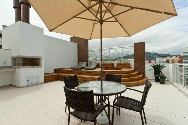 Terraço com ofurô embutido em deck Projeto de Juliana Pippi