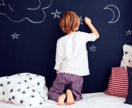 Tinta lousa com menino desenhando com giz