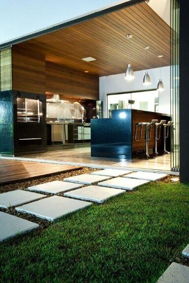 Varanda gourmet com caminho feito de pedras para jardim Projeto de Fabricio Roncca