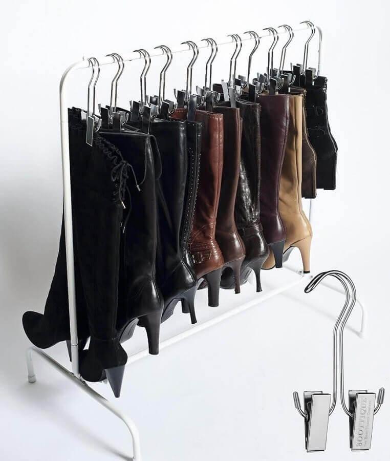 arara com cabides para organizar botas