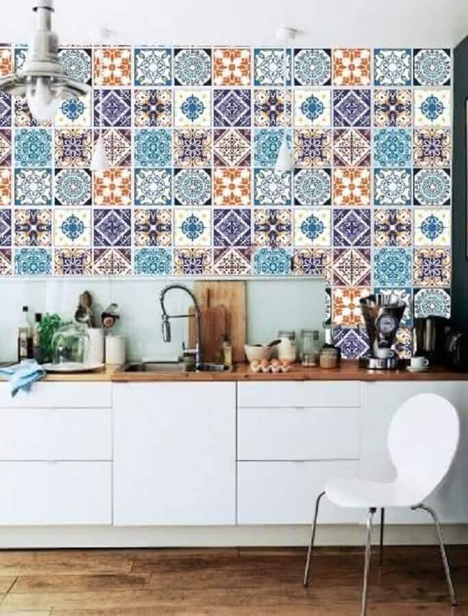 azulejo colorido para cozinha com armários brancos   Foto Pinterest