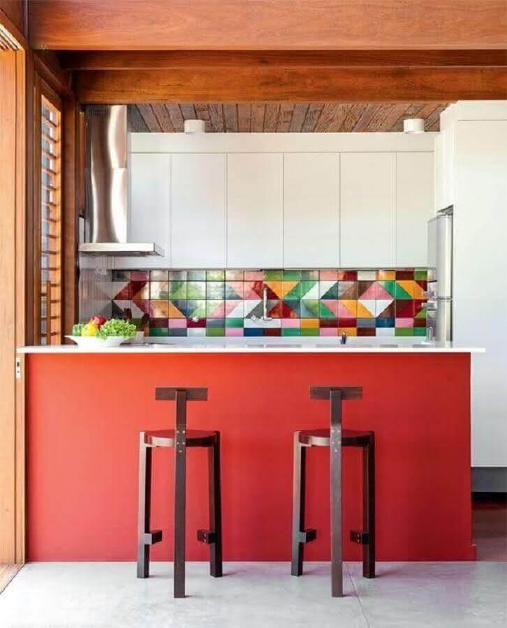 azulejo colorido para cozinha planejada branca com bancada vermelha Foto Pinterest
