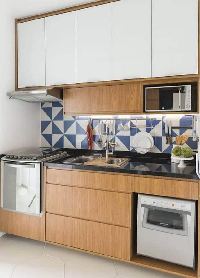 azulejo para cozinha pequena com armários de madeira  Foto Estúdio URBHA