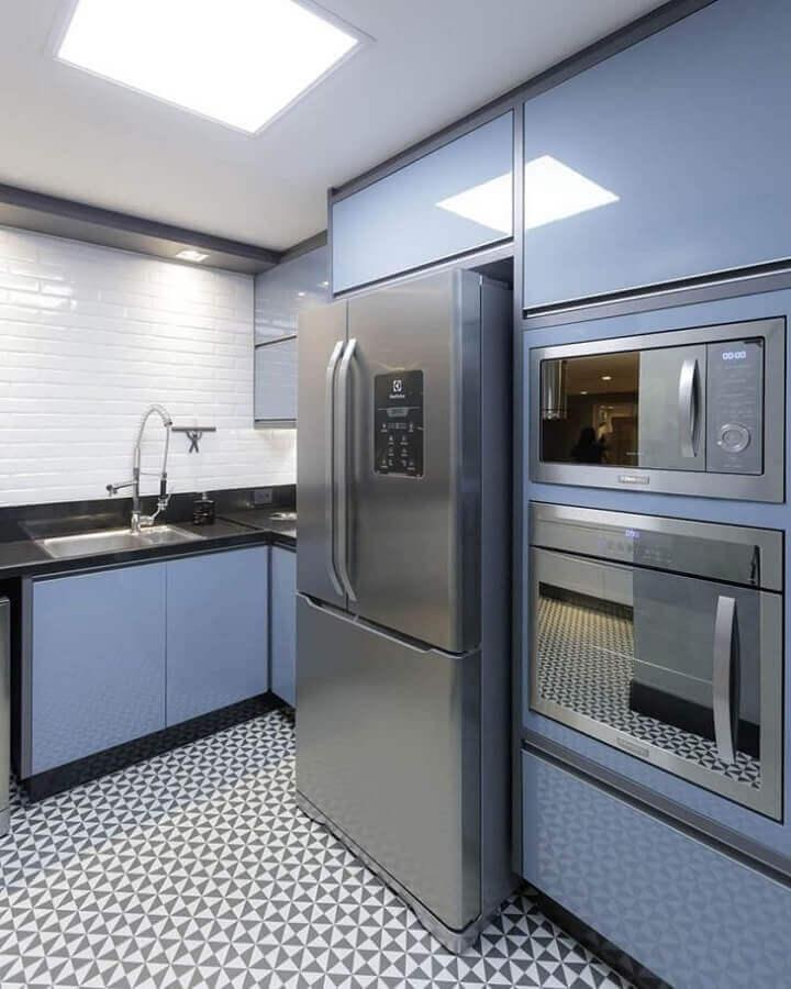 azulejo para cozinha planejada com armários azuis  Foto Cynthia Rolnik