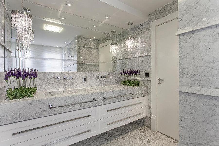banheiro sofisticado todo branco com mármore carrara