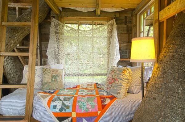 A colcha patchwork trouxe alegria para a decoração da casa na árvore