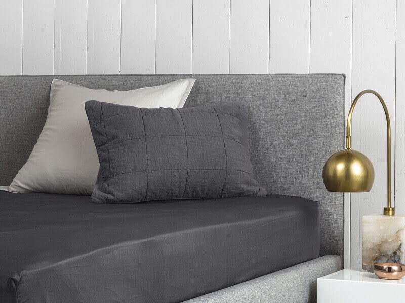 cama arrumada com lençol de elástico