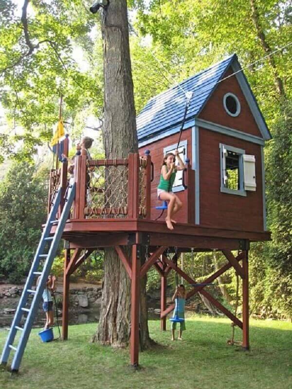 As crianças amam brincar na casa na árvore