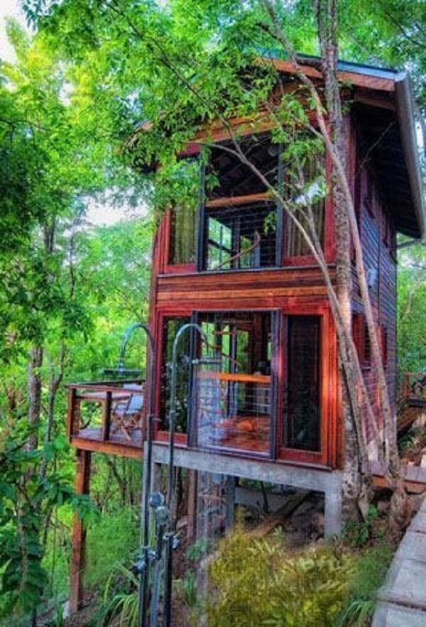 Modelo de casa na árvore com dois andares