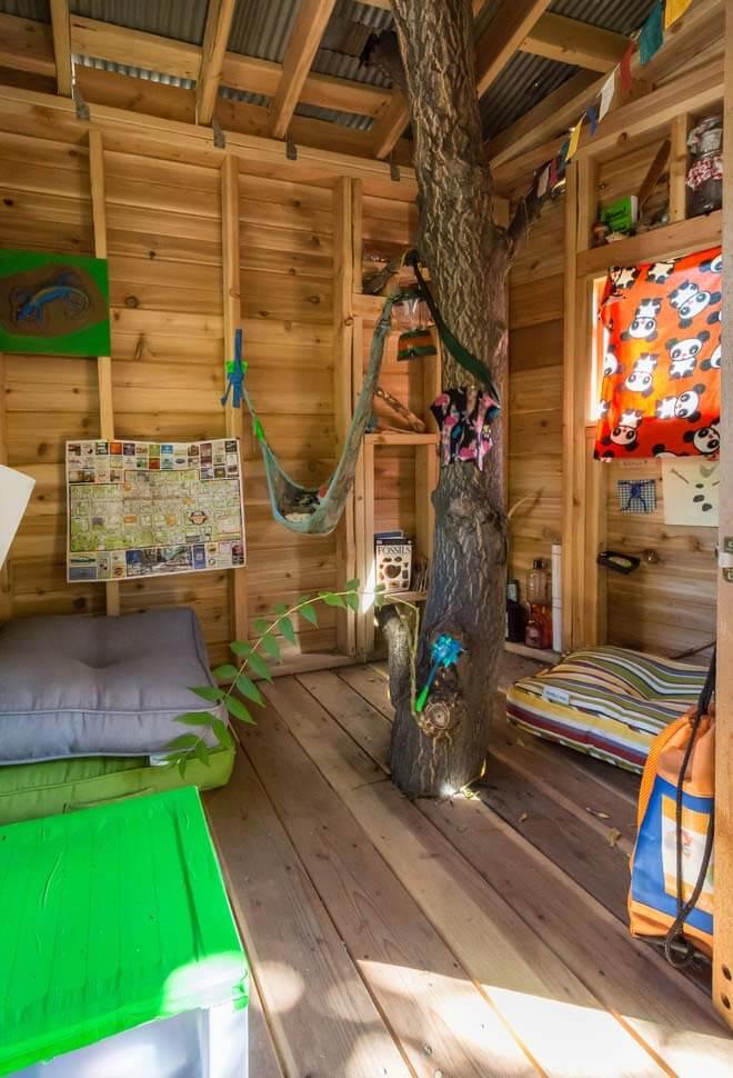 Decoração colorida e animada para a casa na árvore