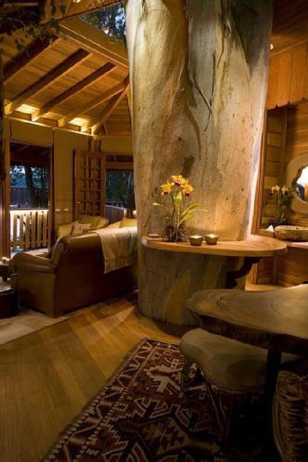 Decore a casa na árvore com móveis e objetos decorativos